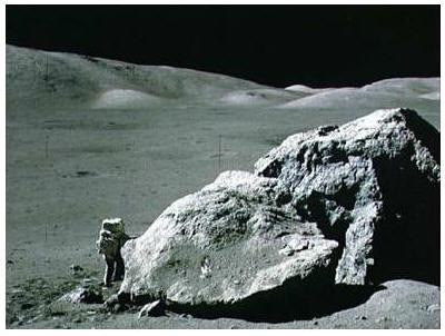 Человек шагает по отживающей свой век Луне